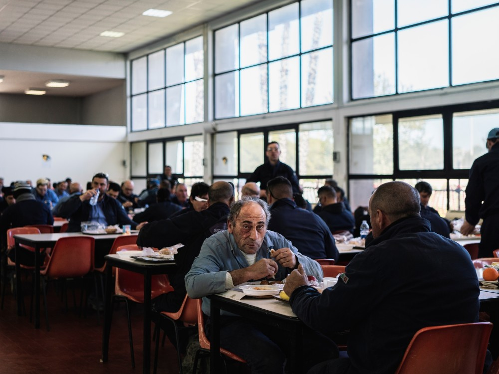 Arbeiter essen Mittag in einer Kantine der Raffinerie ISAB, Priolo Gargallo, 2020
